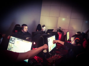 personer spelar CS:GO