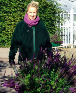 Ida styr en skottkärra med blommor
