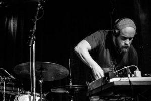 Martin spelar live lärare i kursen Musikproduktion